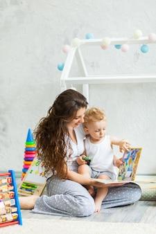 Moeder en haar zoon spelen samen indoor