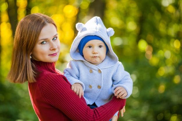 Moeder en haar zoon tijdens een wandeling in het park