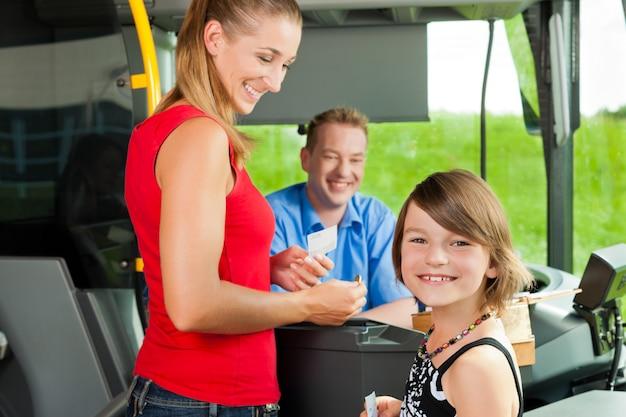 Moeder en kind aan boord van een bus