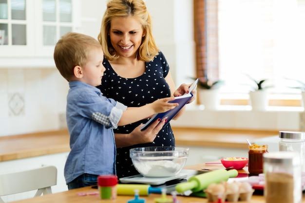 Moeder en kind bereiden koekjes in de keuken