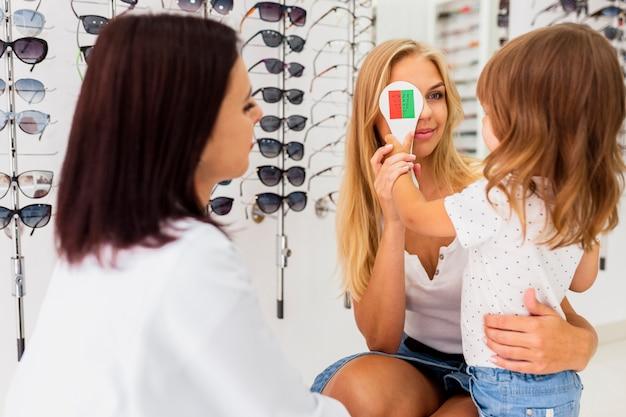 Moeder en kind bij oogonderzoek