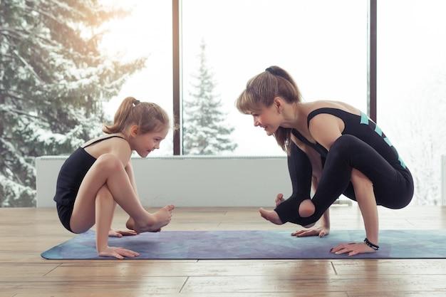 Moeder en kind dochter in het fitness-centrum