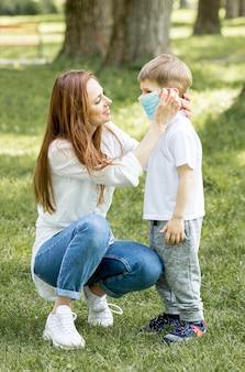 Moeder en kind dragen van medische masker