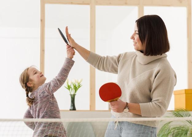 Moeder en kind geven high five