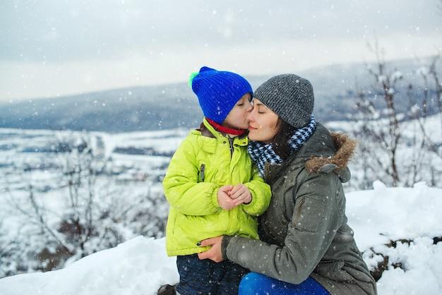 Moeder en kind hebben samen plezier tijdens de kerstvakantie. gelukkige familie en jeugd.