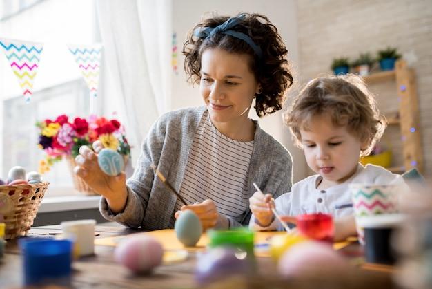 Moeder en kind knutselen voor pasen