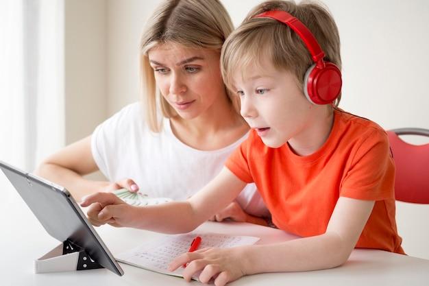 Moeder en kind leren cursussen op digitale tablet