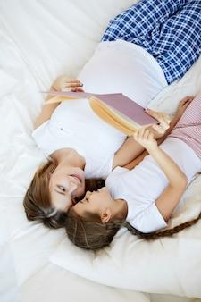 Moeder en kind lezen verhalen