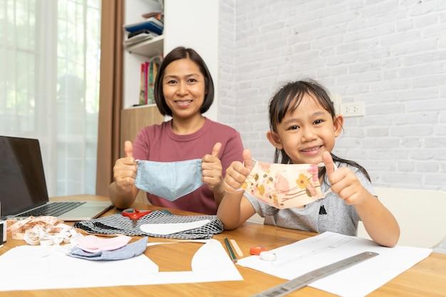 Moeder en kind maken thuis een masker