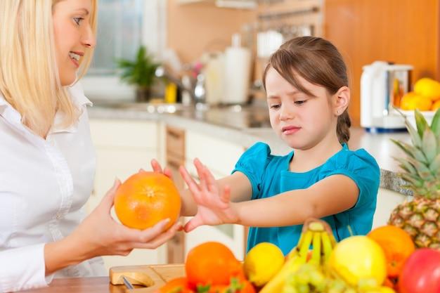Moeder en kind met veel fruit