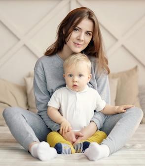 Moeder en kind op bed