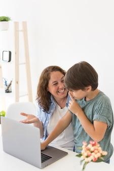 Moeder en kind op de laptop