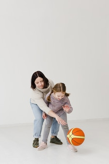 Moeder en kind spelen basketbal
