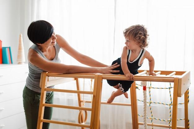 Moeder en kind spelen op de kinderkamer