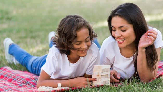 Moeder en kind spelen samen in het park