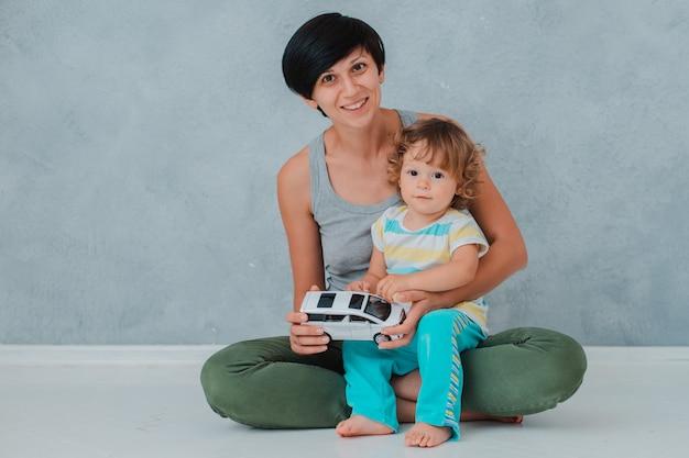 Moeder en kind spelen vloer in de kinderkamer