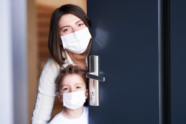 Moeder en kind thuis in quarantaine tijdens coronavirus pandemie
