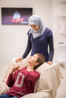 Moeder en kind thuis samen