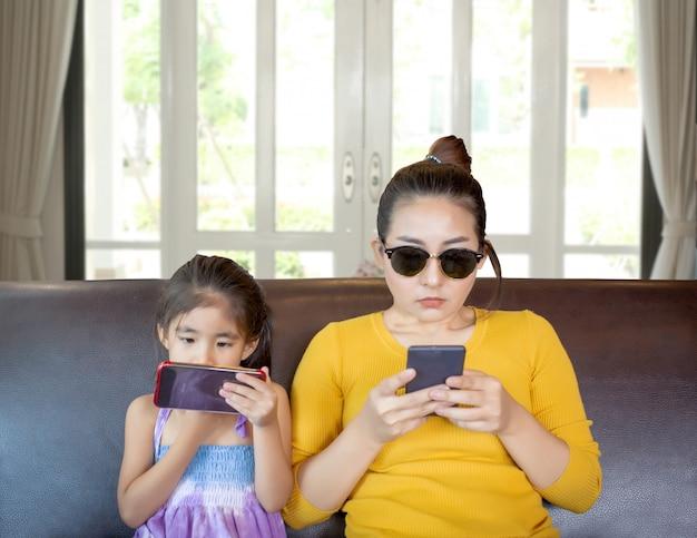 Moeder en kind verslavende mobiele telefoon