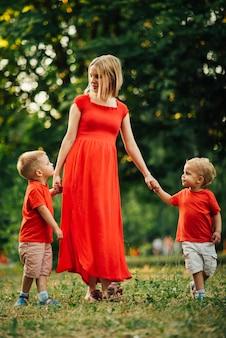 Moeder en kinderen die in het park spelen