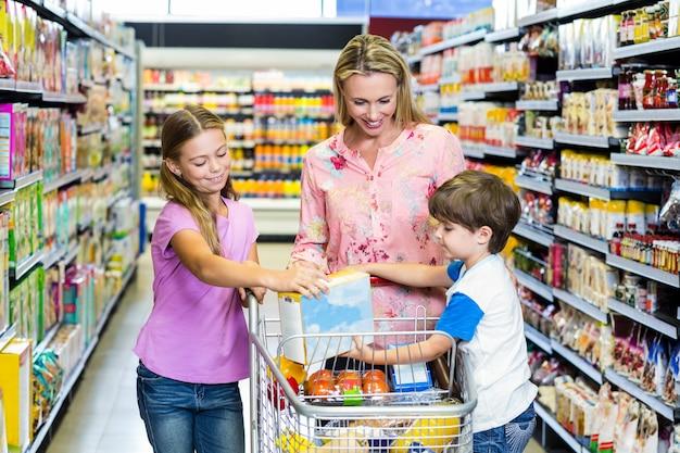 Moeder en kinderen in de supermarkt