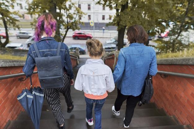 Moeder en kinderen twee dochters lopen op de trap