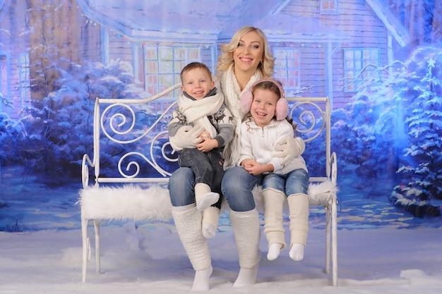Moeder en kinderen vieren samen kerstmis