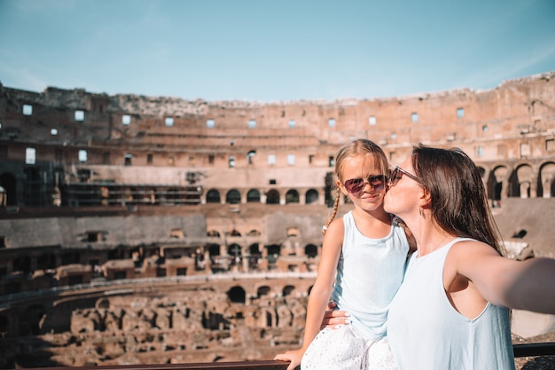 Moeder en klein gelukkig meisje op beroemde plaats in europa