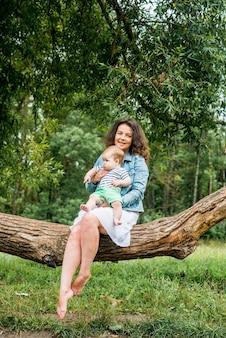 Moeder en kleine baby spelen samen in een park