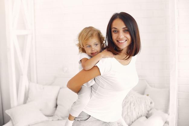Moeder en kleine dochter hebben plezier thuis