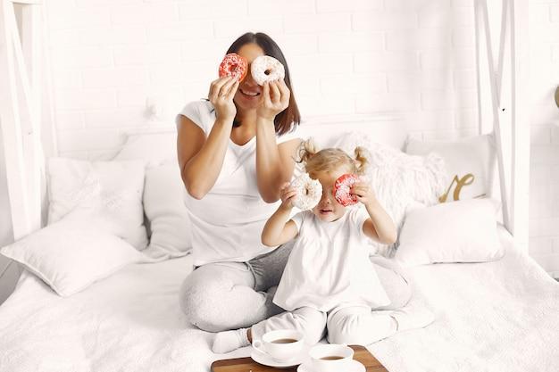 Moeder en kleine dochter ontbijten thuis