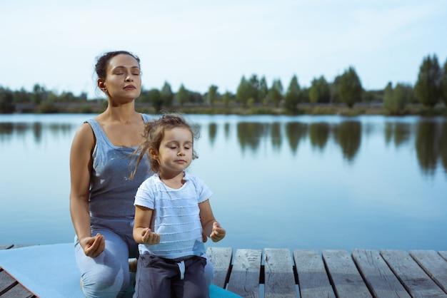 Moeder en meisje doen yoga