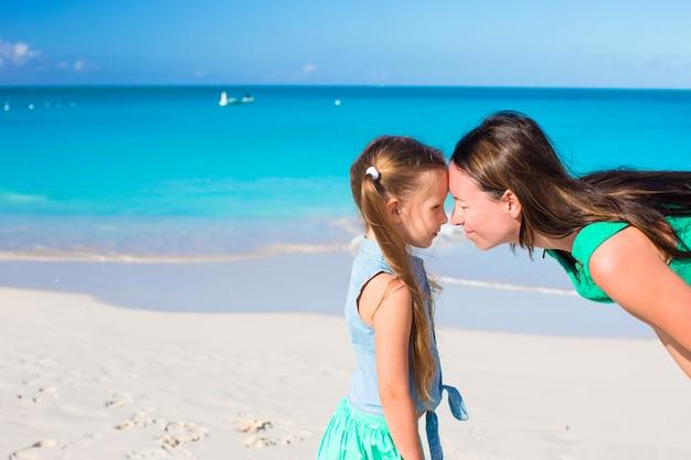 Moeder en meisje hebben plezier op zomervakantie