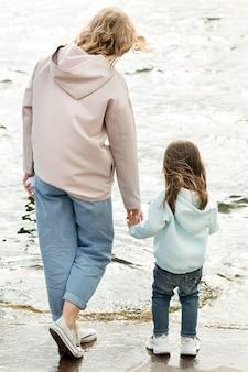 Moeder en meisje lopen samen