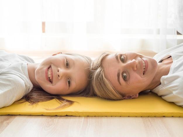 Moeder en meisje rusten
