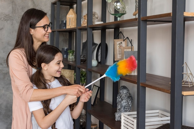 Moeder en meisje schoonmaken