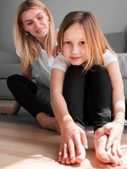 Moeder en meisje uitrekken