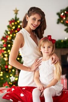 Moeder en mooie dochter die van kerstmis genieten