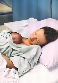 Moeder en pasgeboren kind geboorte in kraamkliniek moeder knuffelt haar pasgeboren baby na de bevalling