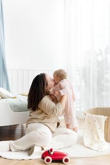Moeder en peuter spelen samen