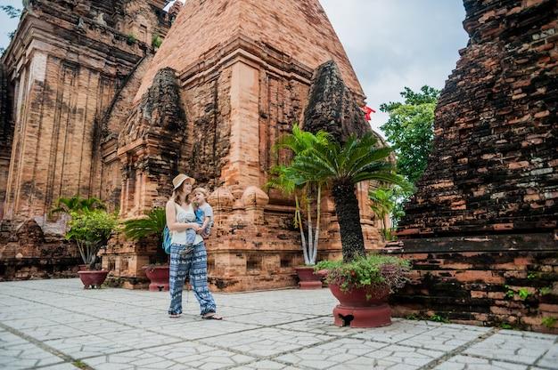 Moeder en peuter zoon toeristen in vietnam. po nagar cham tovers.