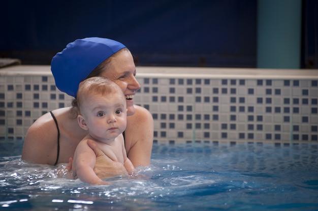 Moeder en te vroeg geboren zoontje van 9 maanden gefotografeerd tijdens zwemles