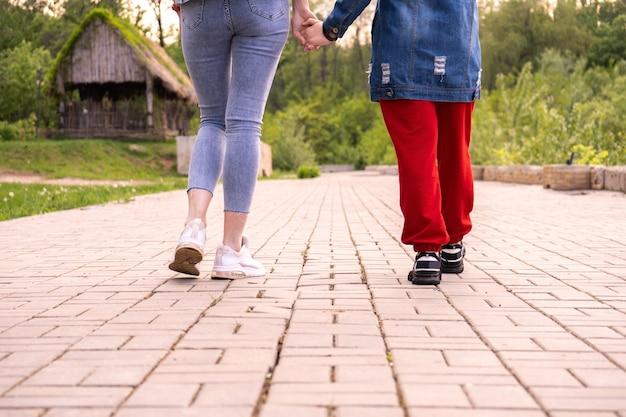Moeder en tienerdochter wandelen in een park, vrouw en tienermeisje hangen rond in een stad, lifestyle-familie