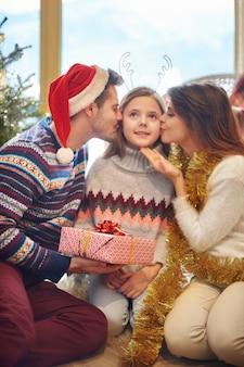 Moeder en vader stelen dochters kussen