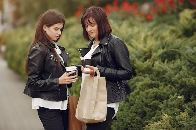 Moeder en volwassen dochter met boodschappentas