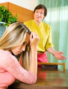 Moeder en volwassen dochter na ruzie