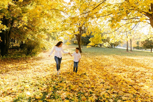 Moeder en zoon brengen tijd buiten door in het park