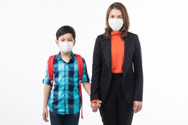 Moeder en zoon die chirurgisch masker dragen.