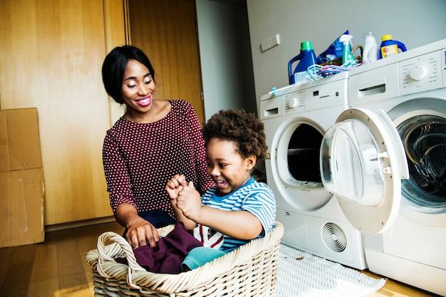 Moeder en zoon die huishoudelijk werk samen doen