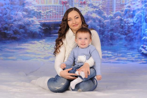 Moeder en zoon die kerstmis samen vieren